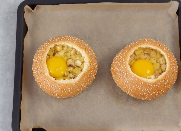 Fried Eggs in a Bun, with Mushrooms and Cheese (in the Oven)