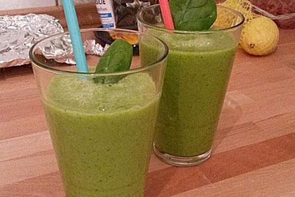 Green Smoothie with Spinach, Mango and Banana